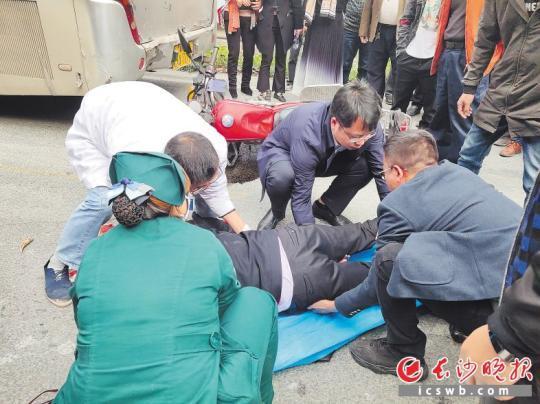 湘俗病院员工正正在辅佐本地120救受傻滥摩托车司机。 病院供图