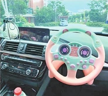 副驾驶装玩具方向盘 网友:这种广告岂能播