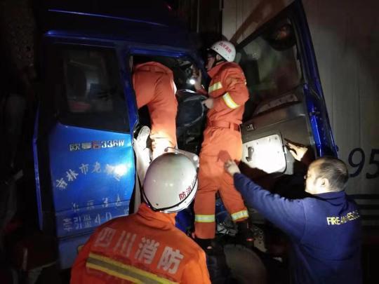 深夜高速四车追尾 德阳消防30分钟救出被困人员