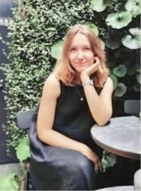 俄罗斯姑娘惊叹办事高效率 在武汉20分钟办妥签证延期