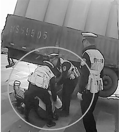 临安交警这一拉 在大货车车轮下救回一对母女