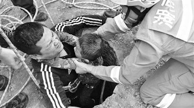男孩掉进6米深污水井 挖掘机司机爬行400米救出孩子