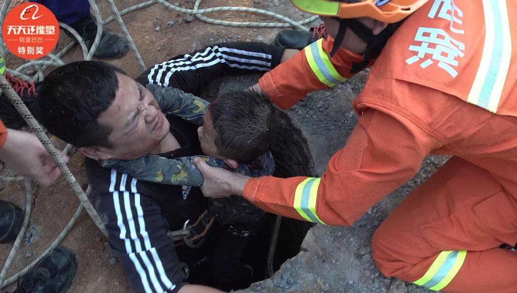 6米深污井吞掉男孩,他毫不犹豫跟着跳下……