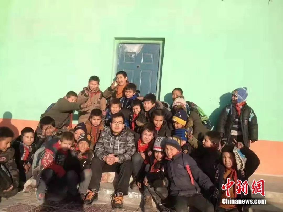 戴豪杰在维吾尔族孩子们中间。受访者供图