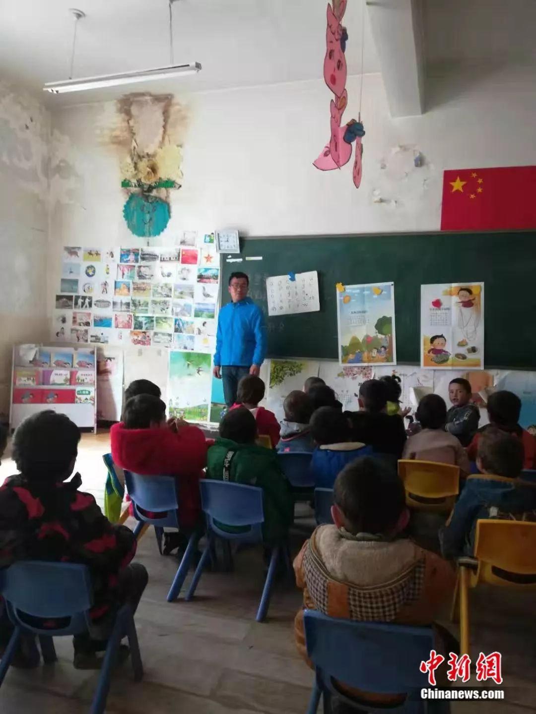 戴豪杰为孩子们上课。受访者供图