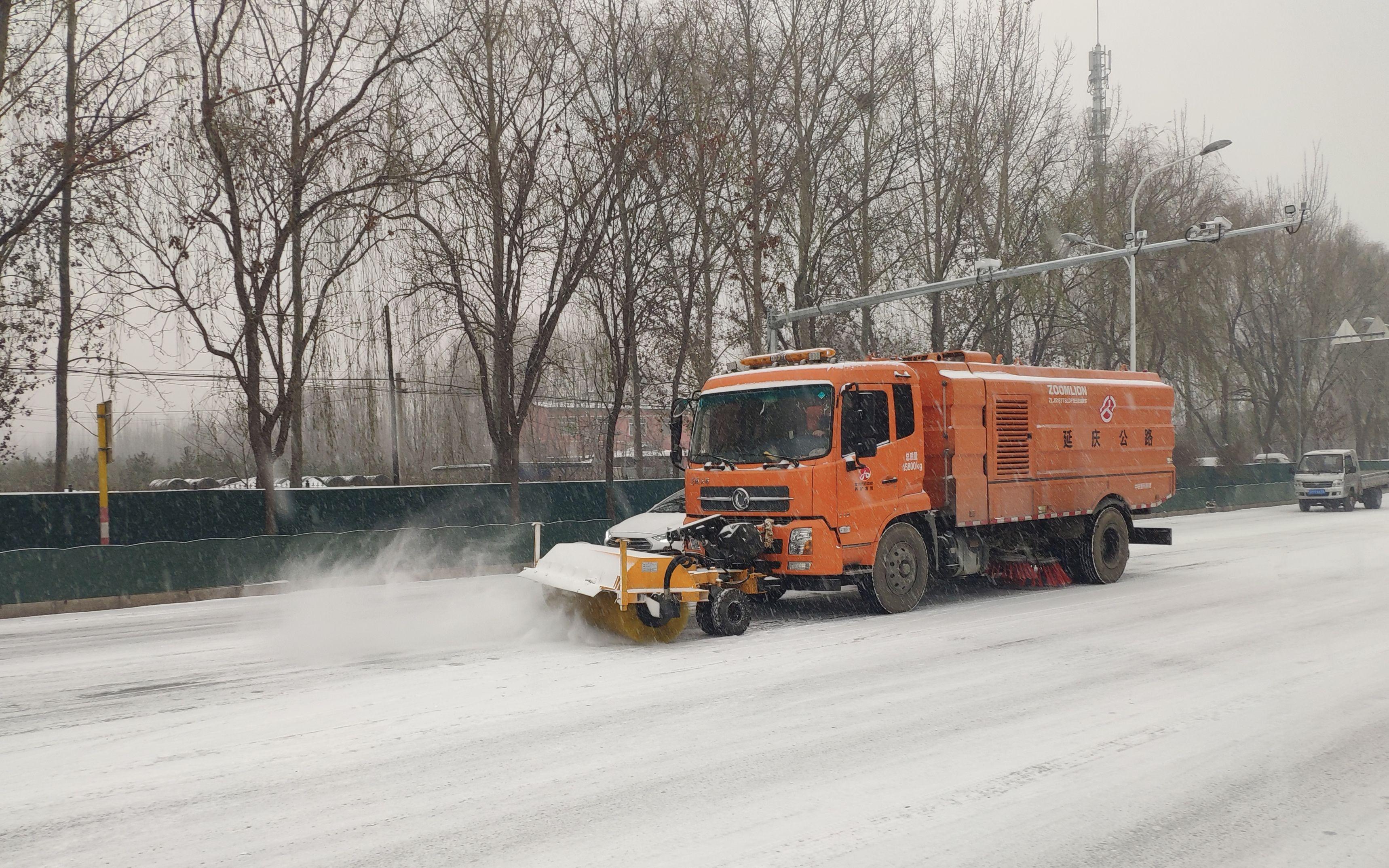 北京延庆门头沟部分山区公路降小雪 除雪作业启动