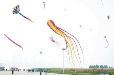 世界最长软体风筝亮相湖北汉口江滩 需3人合力放飞