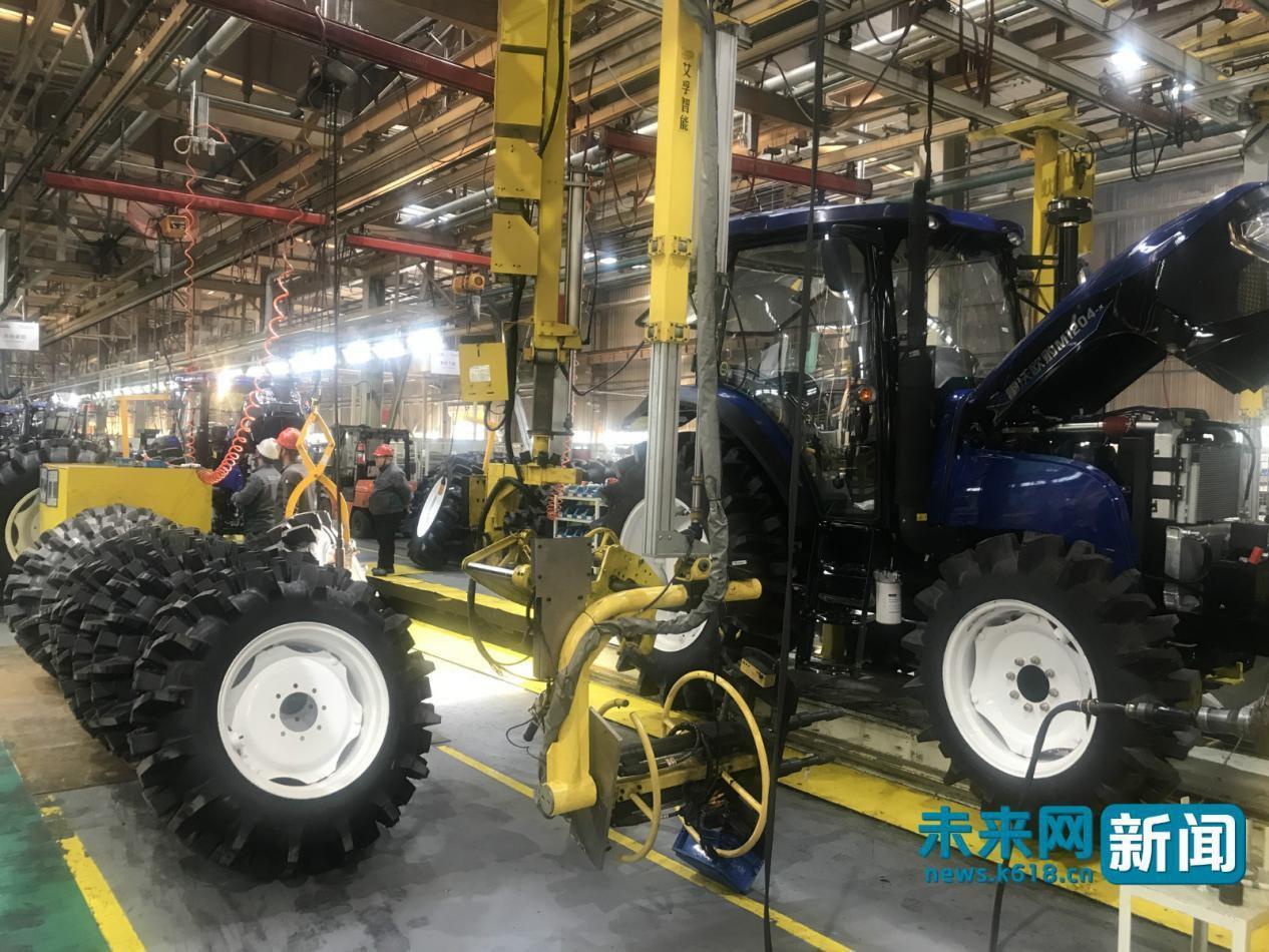 无人驾驶拖拉机让农民种地更省心 智慧农业助力乡村振兴