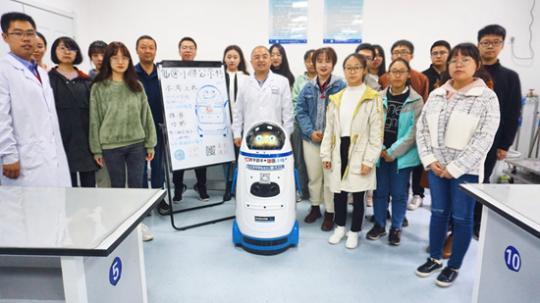 """人工智能机器人走进大学课堂当助教 """"仙医小胖""""入职记"""