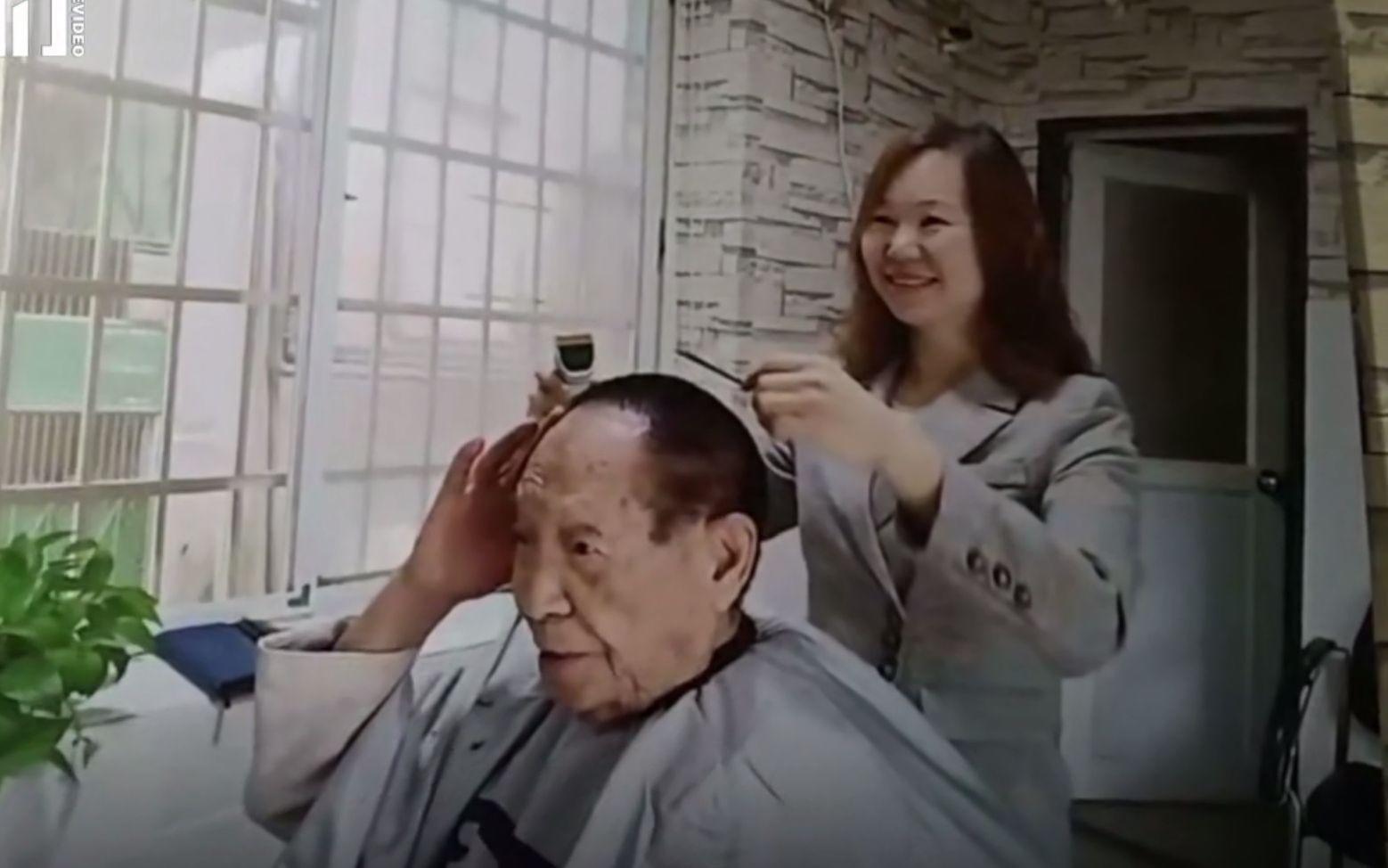 袁隆平理发的路边店走红 老板:单次20元 他给一百