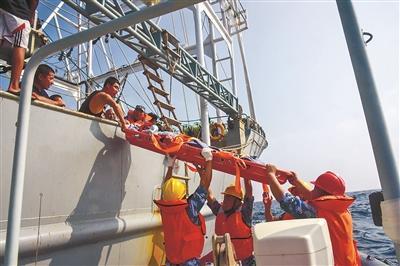 中国海军第33批护航编队成功救治一名中国籍重伤船员