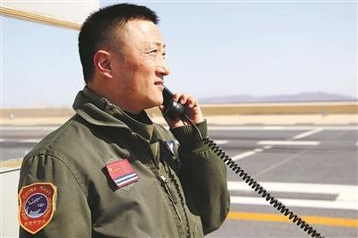 """海军某部着舰指挥官戴兴——守护""""刀尖上的舞者"""""""