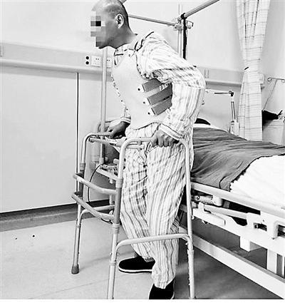 """男子患病从腰部180度""""折叠""""  经历四次手术被""""打开""""挺直脊梁"""