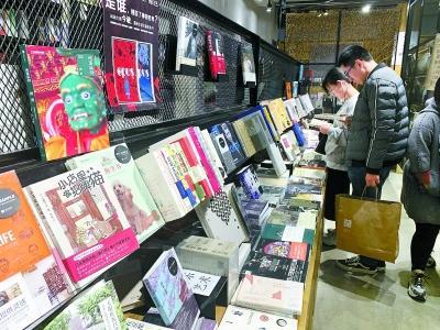 """北京一些书店提供包书皮的样书 样书穿""""衣"""" 读者点赞"""