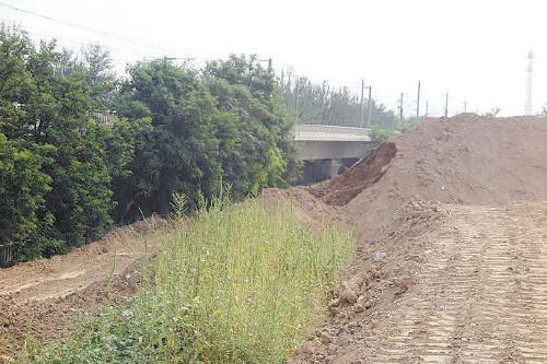 清理18万吨土方 确保京沪高铁安全