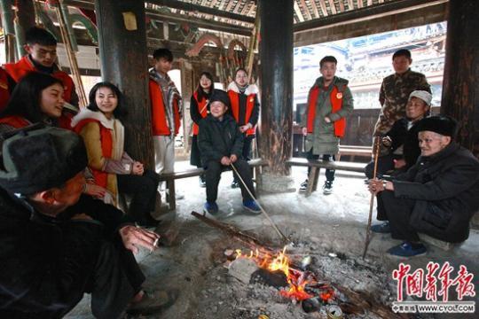 青年志愿者侗寨宣讲精准扶贫政策