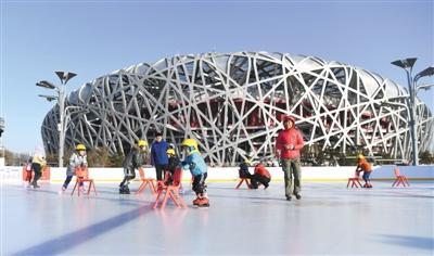 """北京:水立方变身冰立方游客体验""""冬奥冰"""""""
