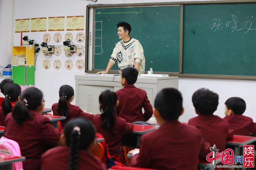 """《同一堂课2》张晓龙课堂插曲不断""""智斗""""顽皮学生"""