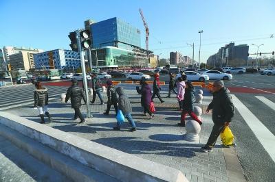 """城市交通""""绣花""""功:车道抠出安全岛专设自行车绿灯"""