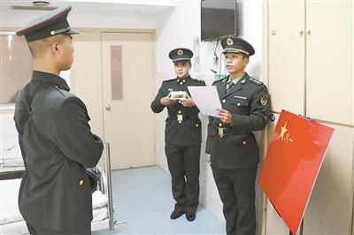 新兵因训练韧带撕裂住院  病床前完成新兵授衔仪式