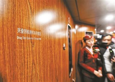 京张铁路首发 体验:350公里时速 车厢智能随手触