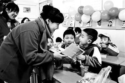 小学校长手写590余份新年贺词 希望孩子能收获快乐和鼓励