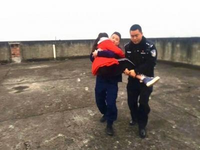 保持通話40分鐘 民警樓頂救下14歲輕生女孩