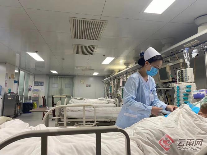 90后护士上班途中救下晕倒少年 背后的故事很暖心