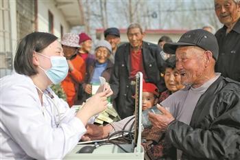 在山东,医疗志愿服务人员正为村民义诊。本报记者 杨登峰 摄