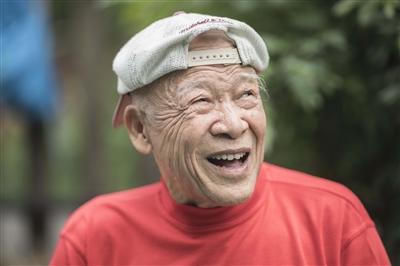 90岁老大爷骨骼精奇 每天在公园练劈叉和爬行