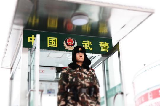 战风雪斗严寒恪尽职守:武警官兵雪中坚守确保安全