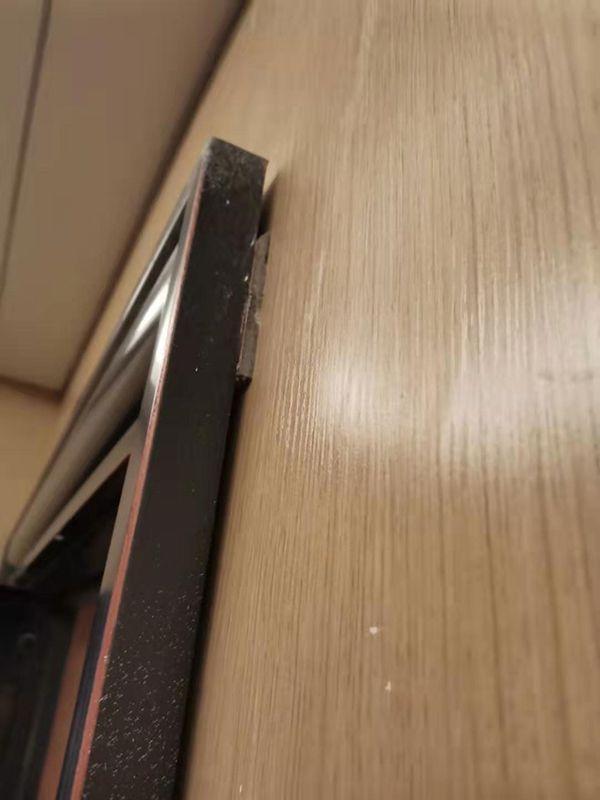 一楼盘精装交付地板开裂电线外露 开发商:先收房再整改