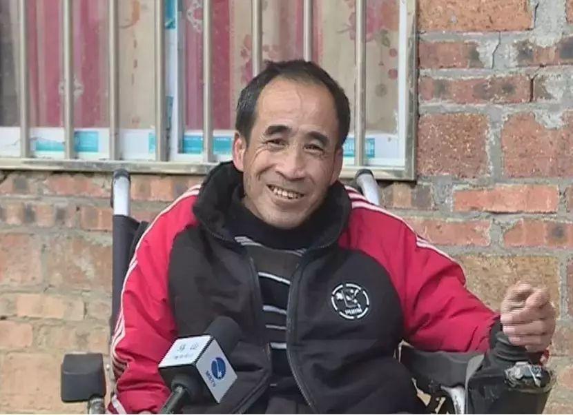 五保残疾人坐轮椅义务扫路八年:国家照顾我 我要回报她