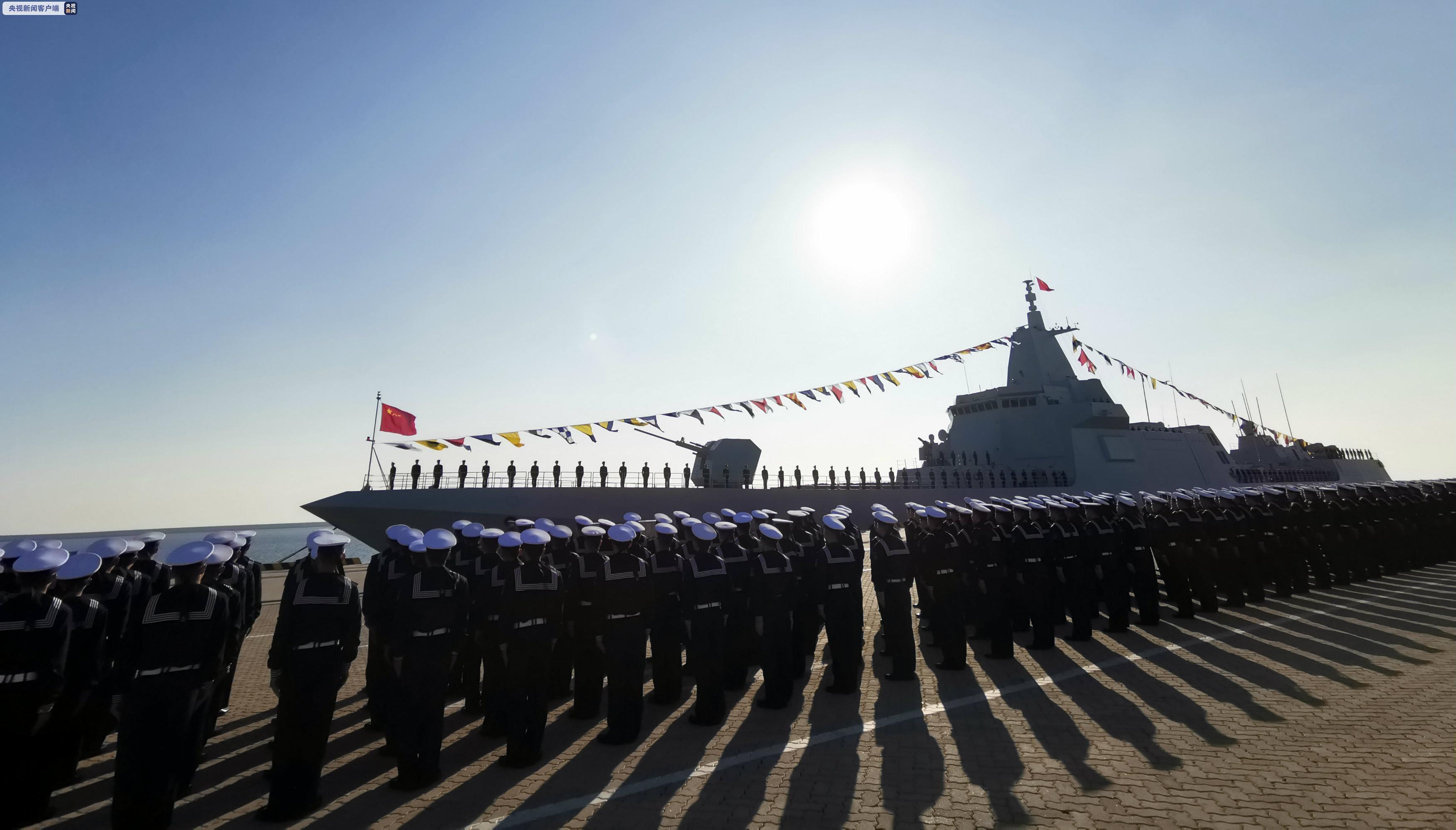 海军055型万吨级驱逐舰南昌舰在山东青岛正式入列