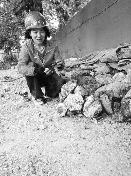 """女博士野外找水31年 用""""舔石头""""土办法获知含水量"""
