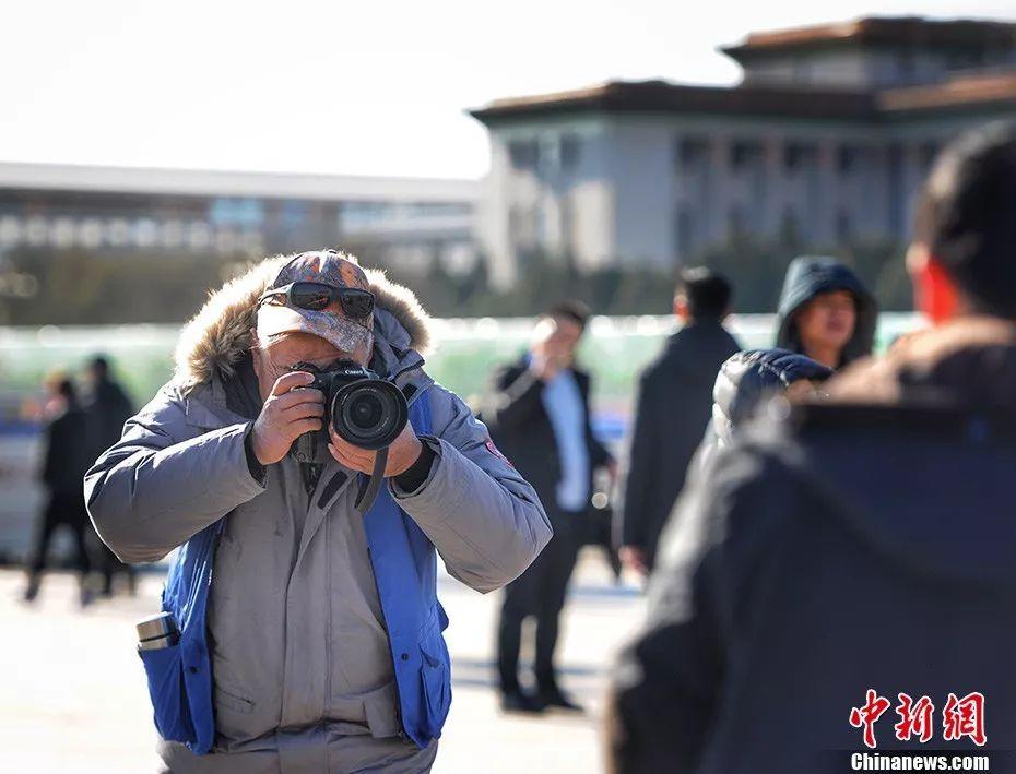 40年来他只做了一件事:在天安门前给成千上万人拍照