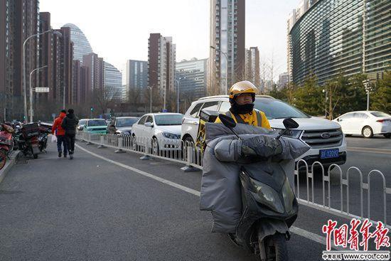 """""""快递小哥""""的新市民姿态:融入城市 服务基层治理"""