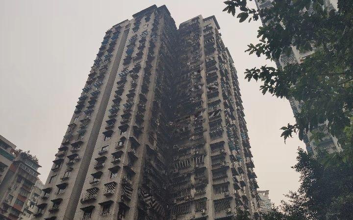 重庆小区火灾系住户弹烟灰点燃棉被放于阳台引燃外墙