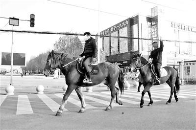 两男子闹市街头骑马如此做法合法吗?