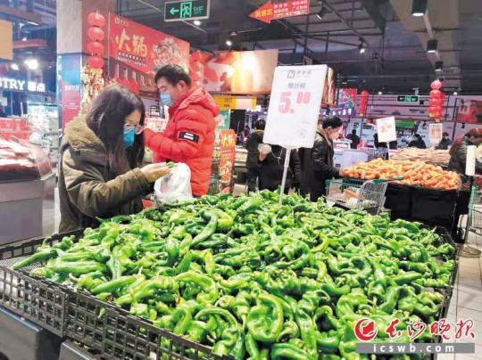 市民在步步高南国店选购辣椒。长沙晚报全媒体记者 陈飞 摄