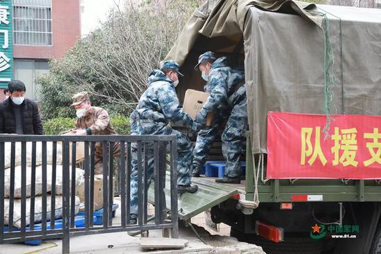 官兵正在装载要运送到武汉市各大超市的物资。洪培舒 摄