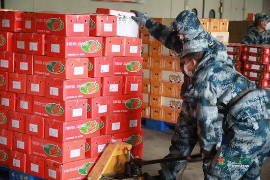 官兵们在配送中心装载生活物资。洪培舒 摄