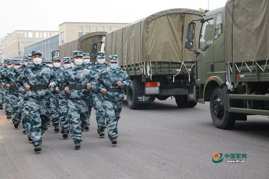 官兵准备登车执行物资运送任务。洪培舒 摄