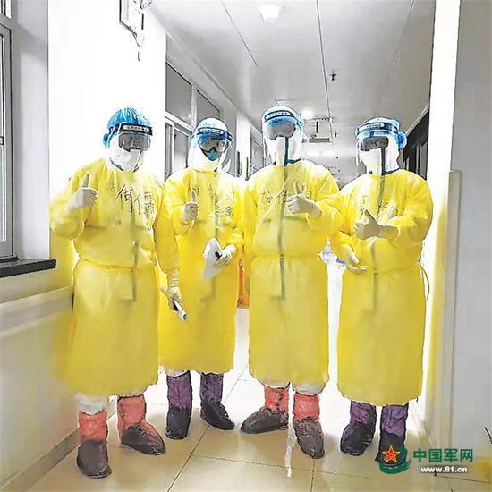 每次进入污染区工作之前,医疗队的队员们都会合影留念。于方洲 摄
