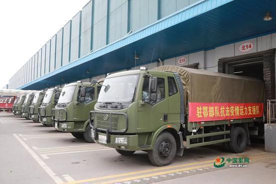 车辆正在配送中心装载生活物资。洪培舒 摄