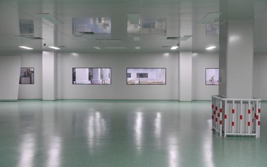 2月4日,晋江恒安家庭生活用纸有限公司将原生产消毒湿巾的洁净车间腾空,准备在此生产防护服及口罩。图片均来自新华社