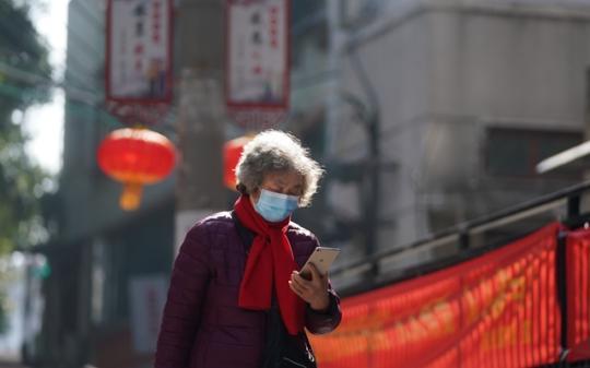 2月9日,一位武汉市武昌区首义路街大东门社区居民在查看社区信息。