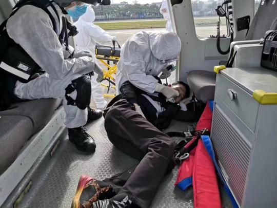 东海第一救助飞行队昨在长江口成功救助一名呼吸不畅船员(东海救助局供图.jpg