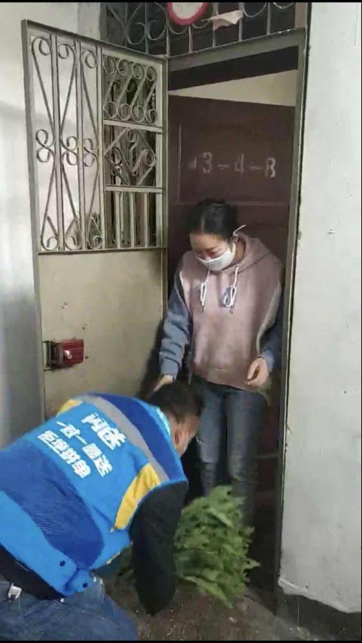 护士妻子被隔离 闪送员丈夫擦干眼泪继续做公益