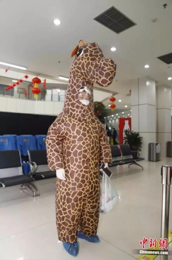 """穿""""长颈鹿""""充气服能阻隔病毒? 医生:没啥用!"""
